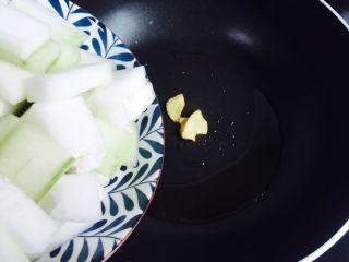 蚝油虾皮炒冬瓜,倒入冬瓜块