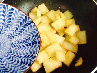 蚝油虾皮炒冬瓜,淋入少许热水(喜欢汤汁可以多加一些热水)焖煮五分钟