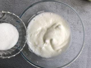 抹茶蛋糕卷,打至细腻后再加入一部分白砂糖继续打发