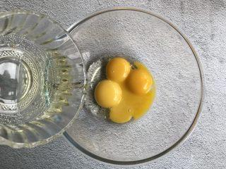 抹茶蛋糕卷,蛋清蛋黄分离,蛋黄中加入玉米油