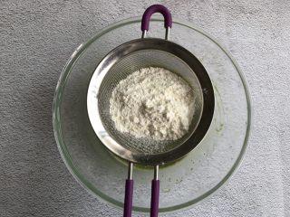 抹茶蛋糕卷,最后筛入低筋面粉