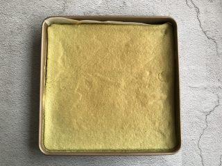 抹茶蛋糕卷,放入提前预热好的烤箱上下火170度烤25分钟左右,烤好后晾凉