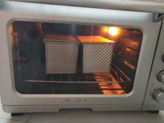 优格蜂蜜吐司,10、烤箱下层,200度,35分钟-40分钟。