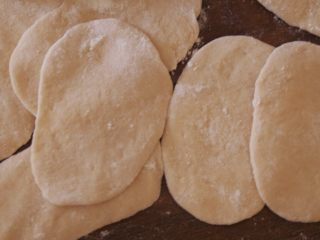 红豆馒头卷,将所有剂子赶成长舌状
