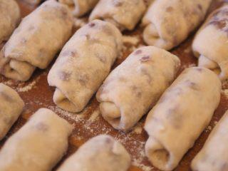 红豆馒头卷,把所有红豆卷全部卷好,醒5分钟左右
