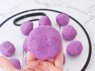 紫薯芝士饼,再收口捏紧揉圆按成饼状
