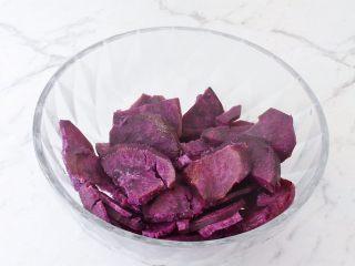 紫薯芝士饼,取出放入容器中