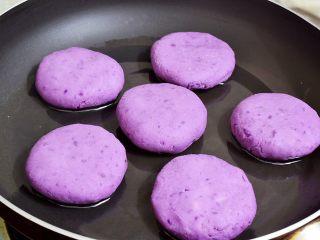 紫薯芝士饼,平底锅刷油,再放入紫薯芝士饼生胚