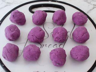 紫薯芝士饼,把面粉分成相同大小的12份