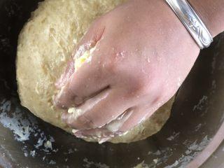 牛奶吐司,黄油软化不够,用手加热一下~马上就化了。