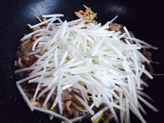 豆芽炒牛肉丝,放入绿豆芽