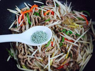 豆芽炒牛肉丝,加入适量蔬之鲜翻炒均匀