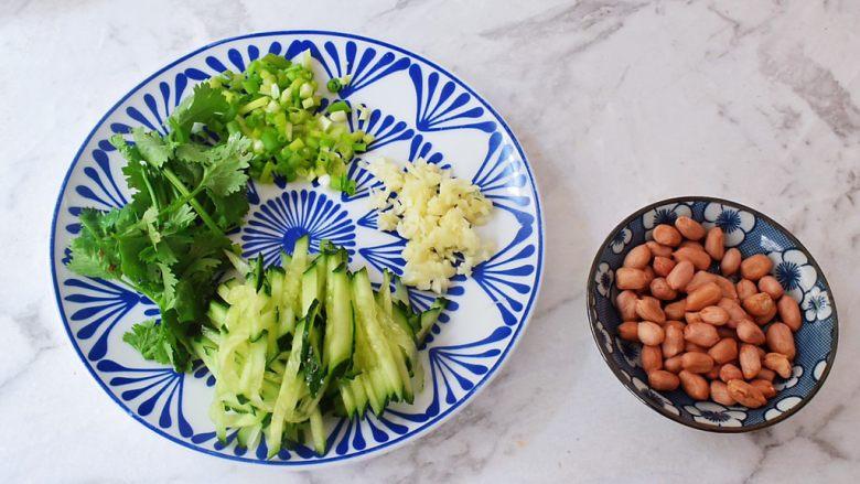 凉拌粉丝,花生米洗净控干水分,青瓜切成丝,蒜切末,葱切葱花,香菜切寸段