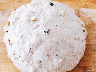 蔓越莓红酒软欧包,将面团进行排气,再次盖上保鲜膜,低温发酵1小时。