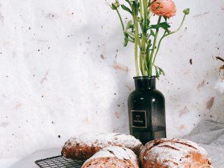 蔓越莓红酒软欧包,入烤箱上下火各230度,烤30min左右。晾凉,拍照,开始享用!