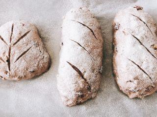 蔓越莓红酒软欧包,面团表面撒一层水,撒上面粉,进行割包。