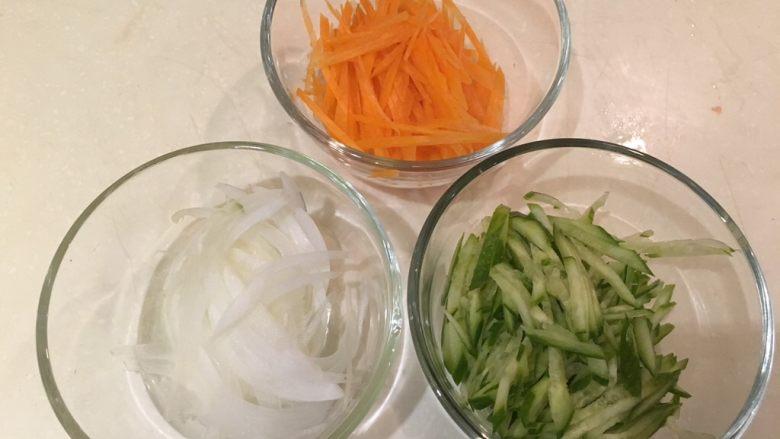 夏天的上脑-牛排沙拉,蔬菜丝也准备好了