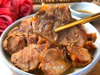 卤牛肉,把卤好的牛肉切片摆入盘里,再浇上一勺卤牛肉的汤汁,就可以开吃了。