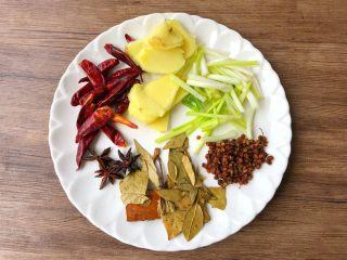 卤牛肉,生姜去皮洗净切片,葱洗净切段,干辣椒、花椒、八角、桂皮、香叶冲洗干净待用。