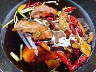 卤牛肉,倒入适量水,水量盖过食材2厘米左右,大火把水煮开,转中火卤2个小时。