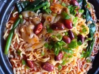 酸辣泡面,在上面放上榨菜,熟花生米,葱花