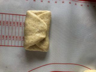 牛奶吐司,折被子一样折叠一次