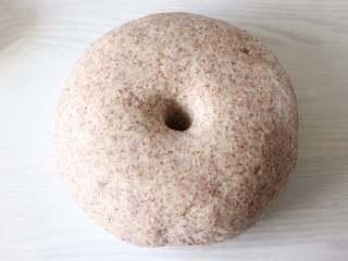 健康主食,无油无糖黑麦馒头,放到温暖的地方,进行发酵,大约到面团的2倍大,用手指戳个洞,不会缩,不塌陷就发好了。