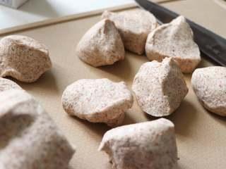 健康主食,无油无糖黑麦馒头,面团分割成9份,一个约50克。