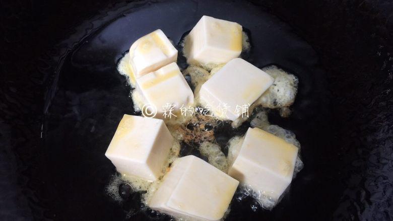 茄汁金银豆腐,锅里放油,把裹上蛋液的豆腐放进去煎。