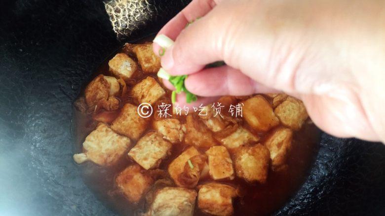 茄汁金银豆腐,最后放入豆腐块,稍微炖上一分钟左右,让它入入味,出锅前撒上些许小葱。