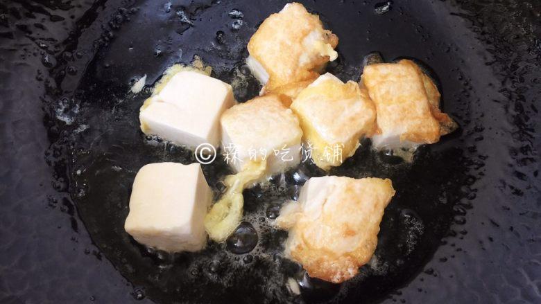 茄汁金银豆腐,一面煎至金黄后翻面,二面都变金黄色捞出。