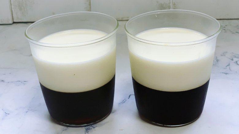 焦糖双色咖啡奶冻,3个小时后取出凝固好的双色咖啡奶冻。
