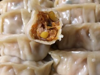 红萝卜玉米肉饺子,好吃到忍不住再上一张肉馅图😋