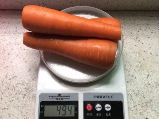 红萝卜玉米肉饺子,红萝卜头和尾去掉,把皮刨干净