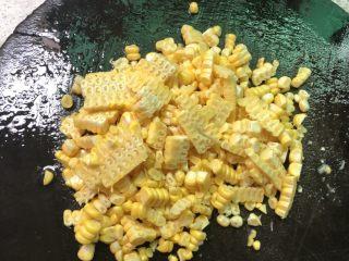 红萝卜玉米肉饺子,把玉米洗干净切成玉米粒(有人会用手一颗颗掰,我嫌太慢了,用刀从上往下切,比较快)