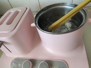 冰爽酸辣意面,水开下意面煮10分钟