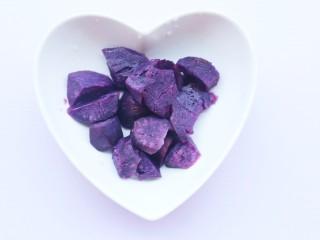 简单又快手的紫薯香蕉土司卷,紫薯上锅大火蒸熟取出。