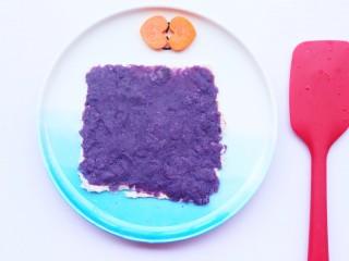 简单又快手的紫薯香蕉土司卷,将紫薯泥用刮刀均匀地涂到土司上。