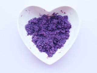 简单又快手的紫薯香蕉土司卷,拌匀压成泥。