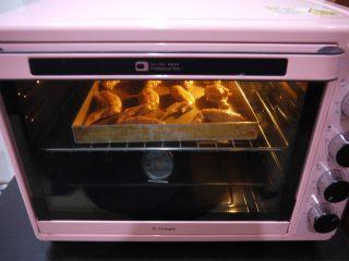 香茅烤鸡翅,中途烘烤到15分钟时,可以在鸡翅上刷一点蜂蜜水,然后再翻面烤。如果觉得麻烦可以省略刷蜂蜜水这步骤。