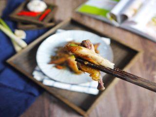 香茅烤鸡翅,鸡翅烤完后取出,趁热吃是最好吃了,鲜嫩多汁,香香辣辣,还有淡淡的柠檬香,小朋友最喜欢了。