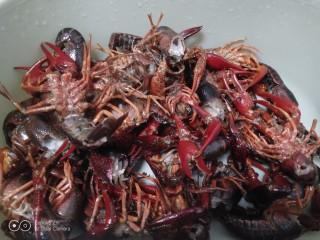 美味小龙虾,小龙虾去头、去虾线再冲洗3遍。