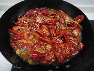 美味小龙虾,加入适量开水。