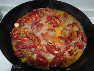 美味小龙虾,加入料酒。