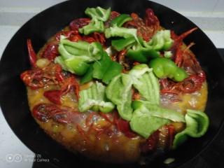 美味小龙虾,炖2分钟,放入菜椒片。