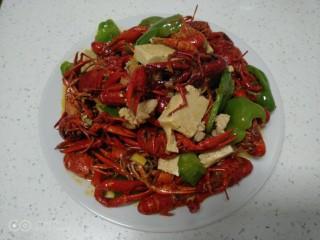 美味小龙虾,盛入盘中。