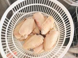 红烧鸡翅,捞出的鸡翅沥水备用。