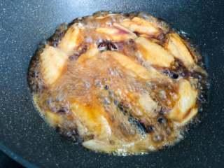 红烧鸡翅,烧开后转中火,继续烧大约15分钟左右,汤汁变浓稠时倒入冰糖,翻炒至冰糖融化即可,最后汁不要收的太干,还留有一些汁的时候就可以关火出锅了。