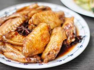 红烧鸡翅,这道红烧鸡翅不仅做法简单,美味可口,其蛋白质质量还很高高,脂肪含量很低,所以喜欢吃的朋友们可以做多多。