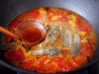 番茄啤酒炖光鱼,加入料酒调味去腥。